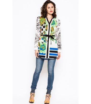 Camisa larga estampada disponible en la Shop Online de Bijoux Anuska y en Trapagaran. Camisa corte en la cintura con cinturón.